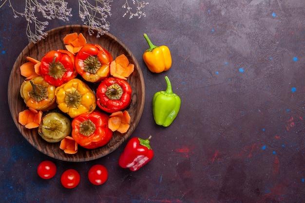 Bovenaanzicht gekookte paprika met gehakt op donkergrijze achtergrond vlees groenten rundvlees maaltijd eten