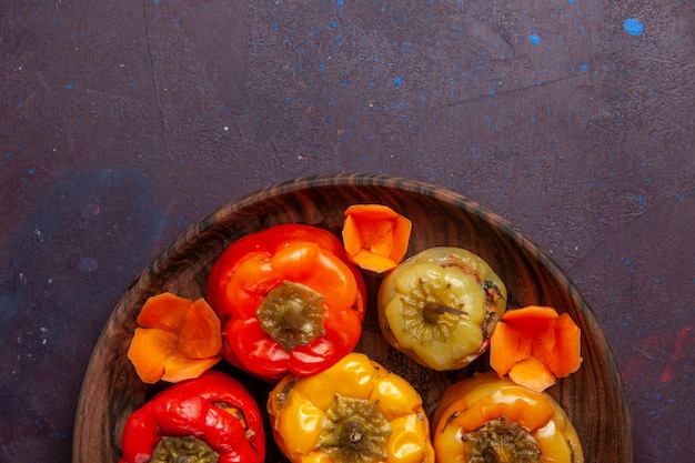 Bovenaanzicht gekookte paprika met gehakt op grijs oppervlak maaltijd groenten vlees dolma food
