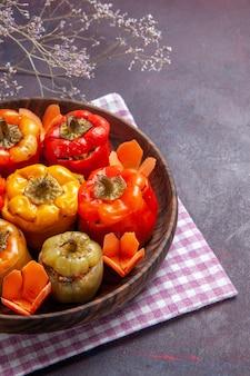 Bovenaanzicht gekookte paprika met gehakt op grijze oppervlakte voedsel rundvlees dolma groenten