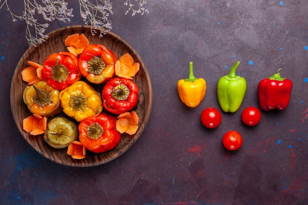 Bovenaanzicht gekookte paprika met gehakt op het donkergrijze oppervlak vlees groente rundvlees maaltijd eten