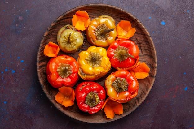 Bovenaanzicht gekookte paprika met gemalen vlees binnen op grijs oppervlak maaltijd groenten vlees dolma food