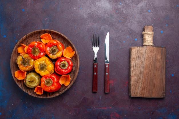 Bovenaanzicht gekookte paprika met gemalen vlees binnen op grijze ondergrond maaltijd voedsel vlees groenten koken