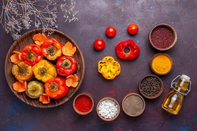 Bovenaanzicht gekookte paprika met verschillende kruiden op grijs oppervlak maaltijd plantaardig vlees dolma food