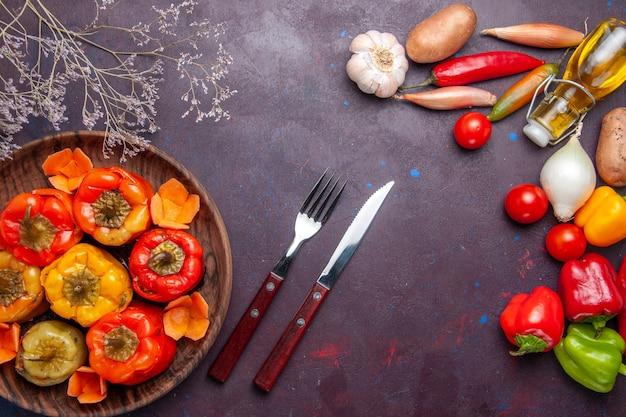 Bovenaanzicht gekookte paprika met verse groenten op het donkergrijze oppervlak maaltijd groenten vlees dolma food