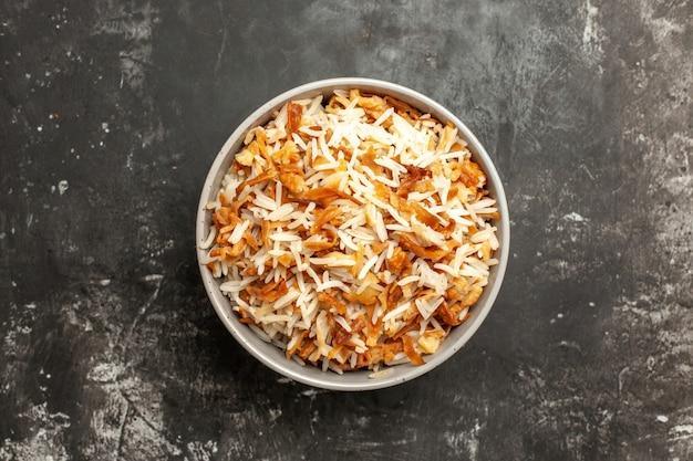 Bovenaanzicht gekookte rijst in plaat op donkere oppervlak schotel oost-maaltijd eten donker