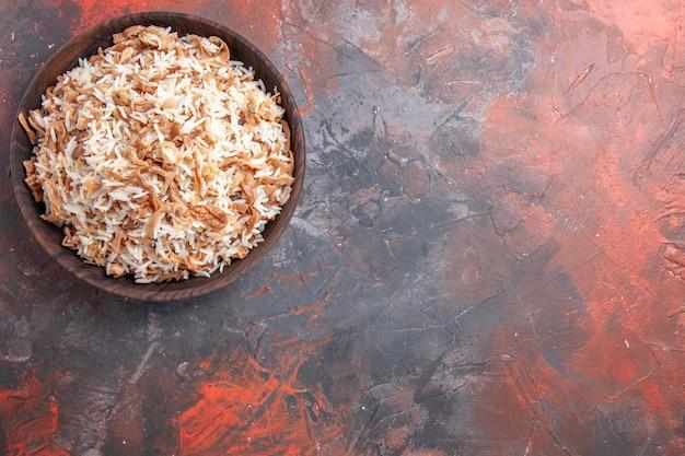Bovenaanzicht gekookte rijst met deegplakken op de donkere pasta van het de schotelmaaltijd van het oppervlak