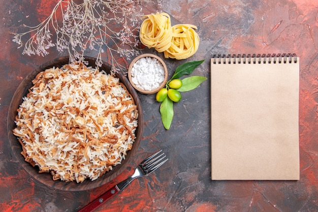 Bovenaanzicht gekookte rijst met deegplakken op donker oppervlak donker maaltijdschotelvoedsel