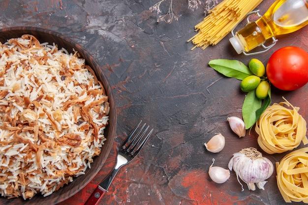 Bovenaanzicht gekookte rijst met deegplakken op donker oppervlak maaltijd foto schotel voedsel donker