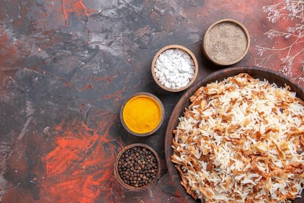 Bovenaanzicht gekookte rijst met deegplakken op donkere de schotelfoto maaltijd van het oppervlaktevoedsel
