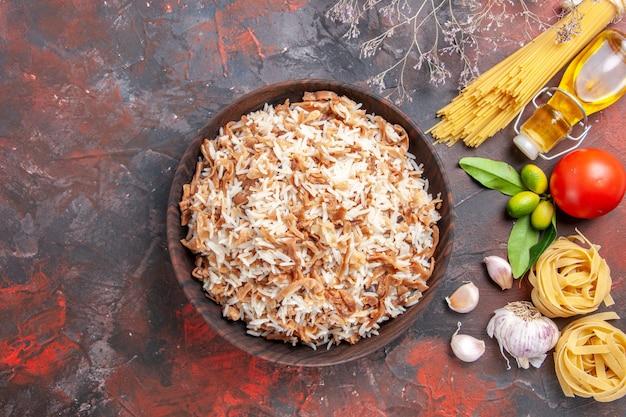 Bovenaanzicht gekookte rijst met deegplakken op donkere vloer foto schotel maaltijd eten donker