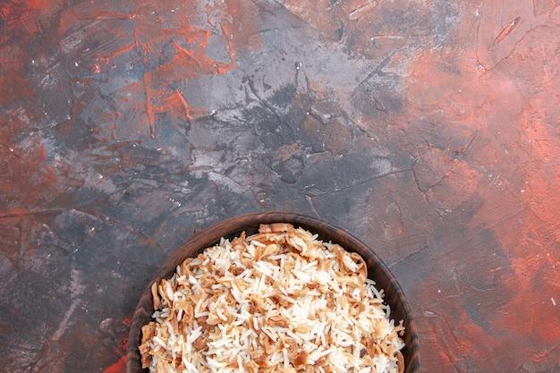 Bovenaanzicht gekookte rijst met deegplakken op donkere voedselpasta