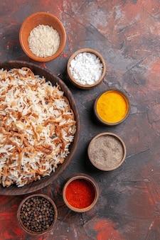 Bovenaanzicht gekookte rijst met kruiden op het donkere oppervlak maaltijd foto gerecht voedsel donker