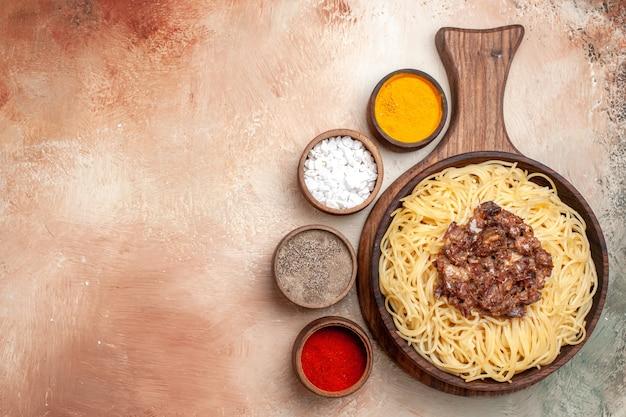 Bovenaanzicht gekookte spaghetti met gehakt op licht bureau pasta deeg schotel maaltijd vlees