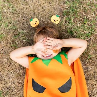 Bovenaanzicht gekostumeerde jongen voor halloween