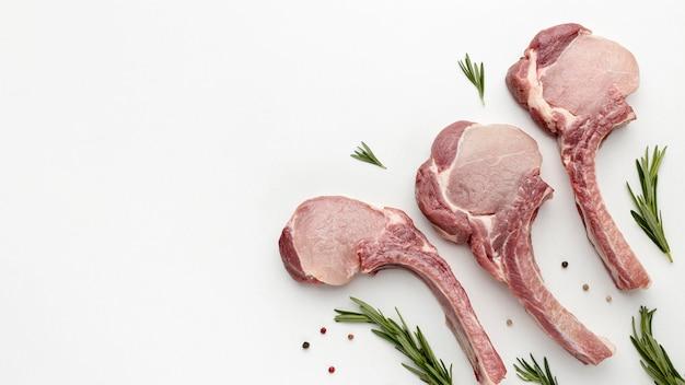 Bovenaanzicht gekruid vlees voor het koken met kopie-ruimte
