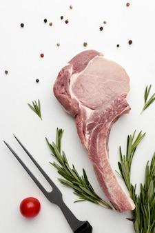 Bovenaanzicht gekruid vlees voor het koken op tafel