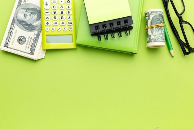 Bovenaanzicht geld en rekenmachine arrangement