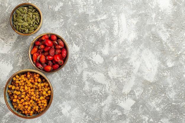 Bovenaanzicht gele bessen met zaden op witte achtergrond
