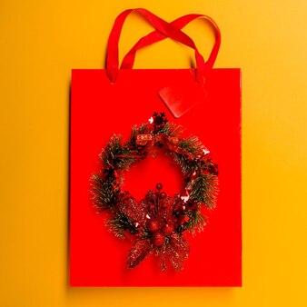 Bovenaanzicht gele boodschappentas op tafel met de feestdagen