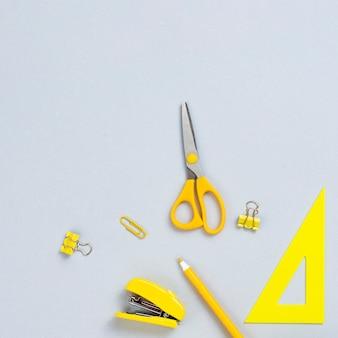 Bovenaanzicht gele kantoorbenodigdheden