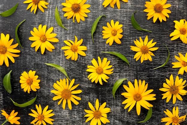 Bovenaanzicht gele madeliefjes arrangement