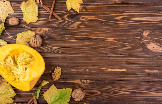 Bovenaanzicht gele pompoen en walnoten met kopie ruimte
