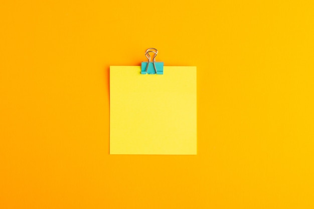 Bovenaanzicht gele sticker leeg op het oranje oppervlak