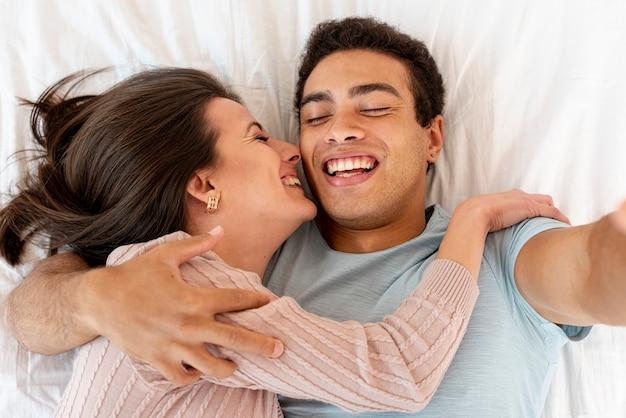 Bovenaanzicht gelukkig paar dat een selfie neemt
