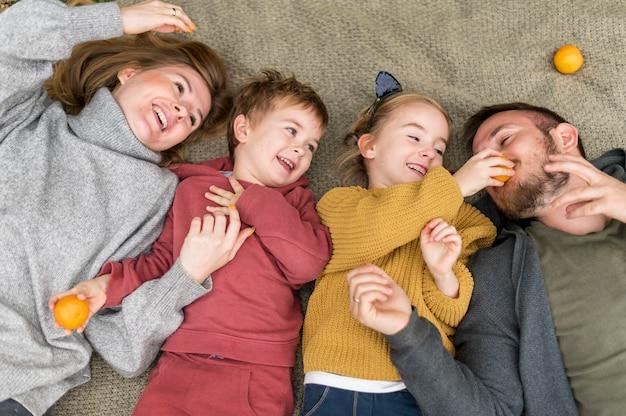 Bovenaanzicht gelukkige familie plezier