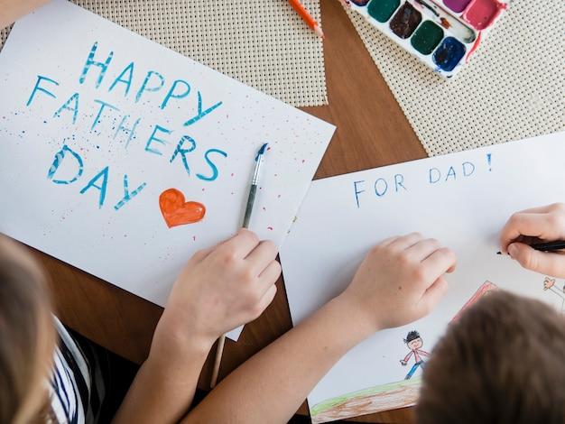Bovenaanzicht gelukkige vaderdag belettering