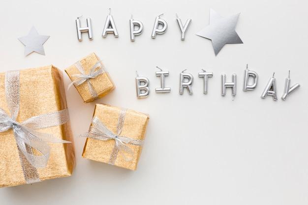 Bovenaanzicht gelukkige verjaardag bericht en geschenken