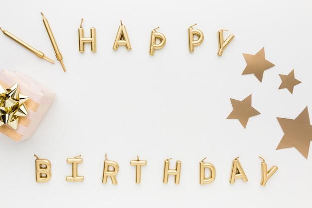 Bovenaanzicht gelukkige verjaardag bericht voor feest