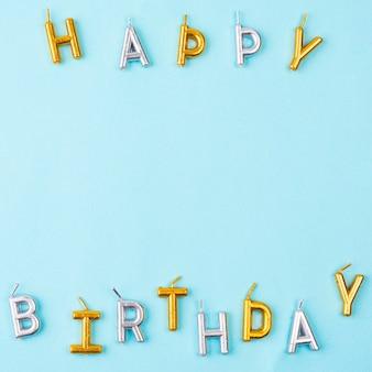 Bovenaanzicht gelukkige verjaardagskaarsen