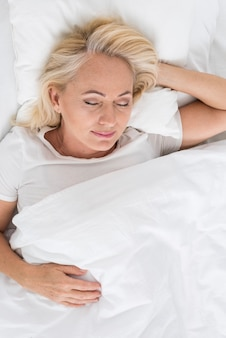 Bovenaanzicht gelukkige vrouwenslaap