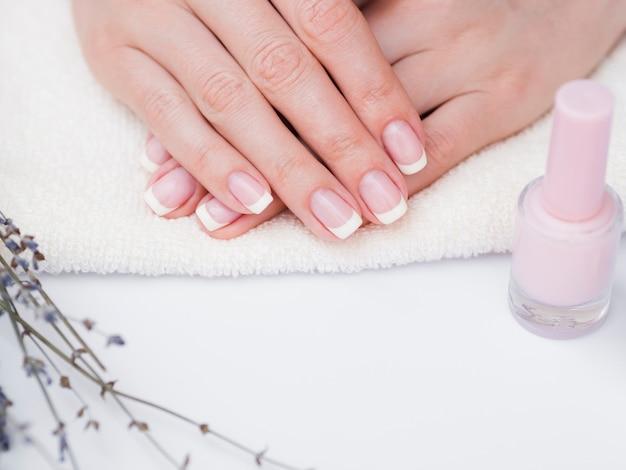 Bovenaanzicht gemanicuurde handen en nagellak