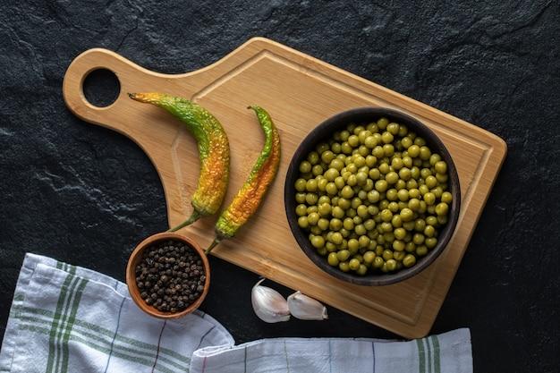 Bovenaanzicht. gemarineerde groene erwten. gedroogde pepers.