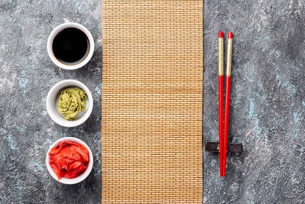 Bovenaanzicht gember wasabi en sojasaus kommen