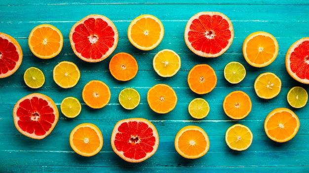 Bovenaanzicht gemengde citrusses op tafel
