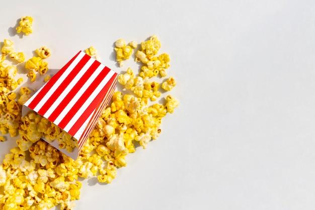 Bovenaanzicht gemorste popcorn doos