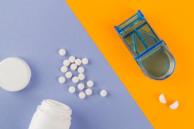 Bovenaanzicht geneeskunde met pillendoos op tafel