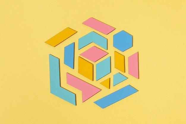 Bovenaanzicht geometrische vorm met gele achtergrond