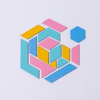 Bovenaanzicht geometrische vorm met paarse achtergrond
