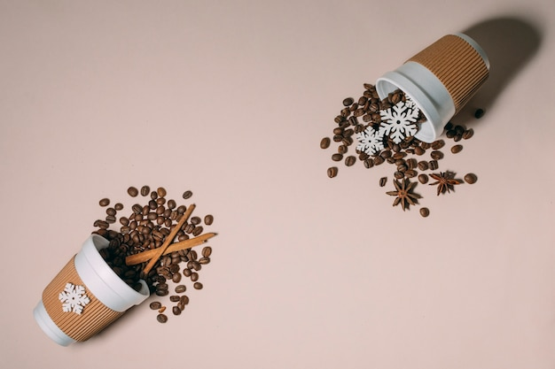 Bovenaanzicht geroosterde koffiebonen kaneel