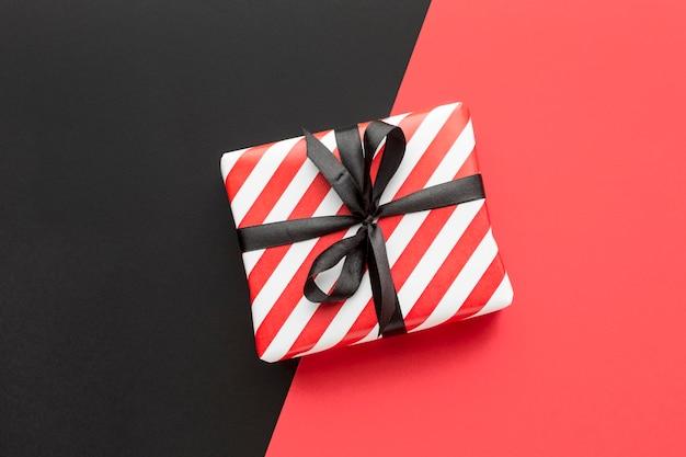 Bovenaanzicht geschenkdoos cyber maandag concept