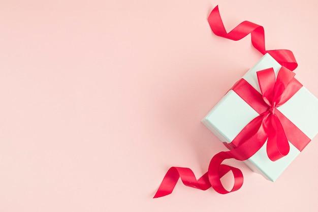 Bovenaanzicht geschenkdoos met rood lint.