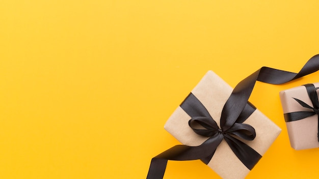 Bovenaanzicht geschenkdoos met zwart lint kopie ruimte