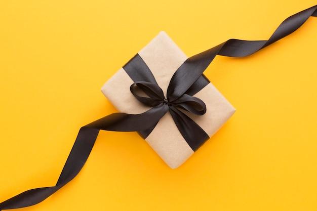 Bovenaanzicht geschenkdoos met zwart lint