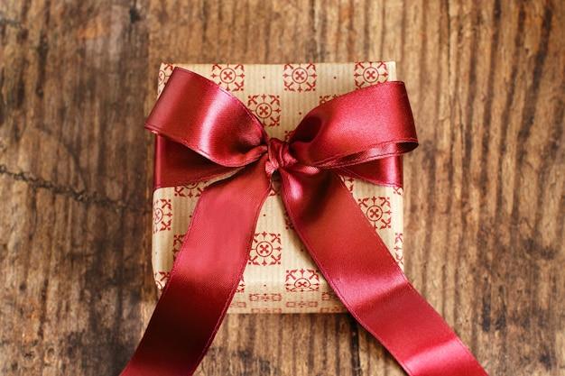 Bovenaanzicht geschenkdoos op houten tafel