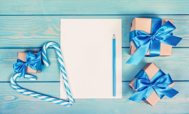 Bovenaanzicht geschenkdozen op tafel