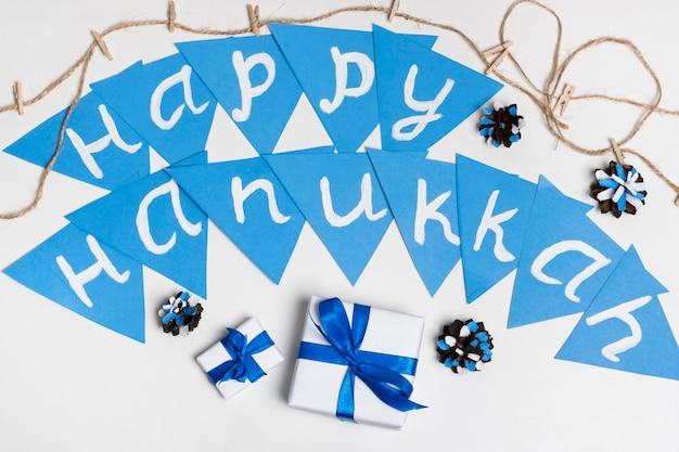Bovenaanzicht geschenken en gelukkige chanoeka-slinger